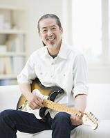 ギターを弾く日本人男性