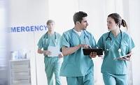 歩きながら話す医師たち