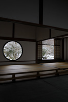 京都府 源光庵 悟りの窓と迷いの窓の雪景色