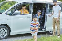 車から出る男の子と家族