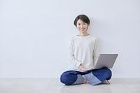 ノートパソコンを操作する日本人女性