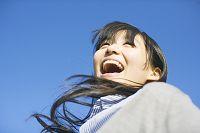 喜び笑う10代日本人女性の顔