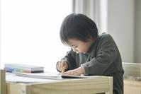 お絵描きをする日本人男の子