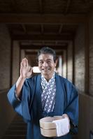 温泉で浴衣と羽織の中高年日本人男性