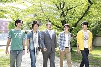 教授を囲み歩く大学生