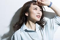 笑顔の日本人の若い女性