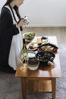 料理をカメラで撮影する女性