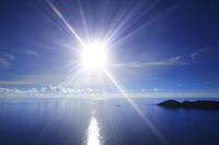 東京都 小笠原諸島 父島 三日月山展望台から望む輝く海と太陽