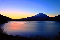 山梨県 本栖湖から富士山 夜明け