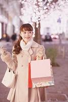 仕事帰りにショッピングをする日本人女性