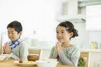 朝食を食べる日本人の兄弟