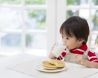 牛乳を飲む日本人の男の子