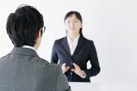 面接官と若い日本人女性