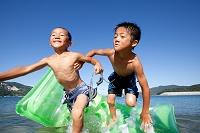 海水浴をする日本人の子供