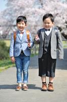 ランドセルを背負いVサインをしている日本人の男の子