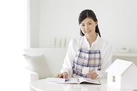 家計簿をつける若い主婦