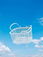 青空バックにショッピングバスケット