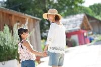 手を繋ぐ笑顔の日本人親子