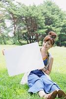 ホワイトボードを持つ日本人女性