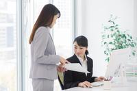 ミーティングする日本人ビジネスウーマン