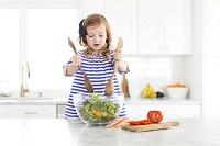 サラダを作る女の子