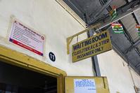 インド ブサヴァル駅 待合室の表示