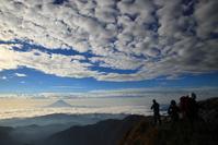 山梨県 北岳から望む富士山と登山者