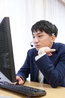 パソコンの授業を受ける男子学生
