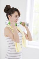 ダンベル体操をする日本人女性