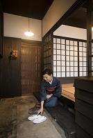 靴を揃える着物の日本人女性