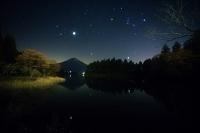 静岡県 田貫湖 富士に昇るオリオン座・ふたご座・木星・冬の大...