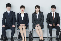 就職活動をする若者