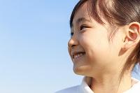青空のもとの6歳の日本人の女の子