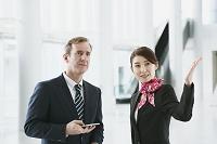 外国人ビジネスマンを案内するグランドスタッフ