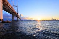 神奈川県 横浜ベイブリッジと夕日
