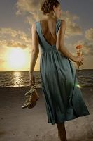 カクテルを持ってビーチを歩く外国人女性