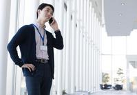 通話する日本人男性