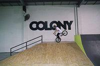 BMXをする外国人の若者