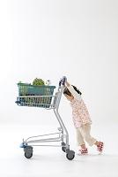 ショッピングカートを押す女の子