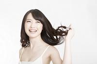 髪をなびかせる日本人女性