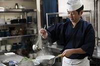 煮汁を作る調理師