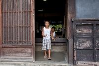 玄関と少年 安芸の小京都
