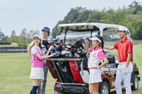 ゴルフを楽しむ若者