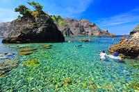静岡県 ヒリゾ浜とシュノーケリングを楽しむ海水浴客
