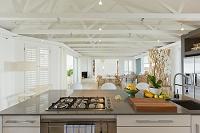豪華なキッチンとダイニングルーム