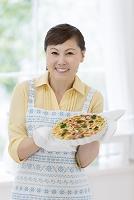 キッシュを持つ日本人女性