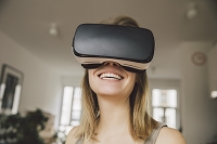 3Dメガネをつける女性