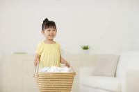 洗濯物を運ぶ女の子