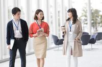 廊下を歩くビジネスチーム