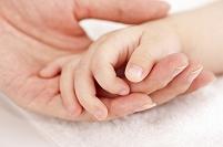 赤ちゃんと母親の手
